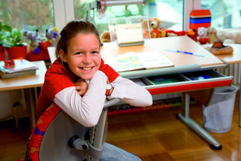 ребенок на компьютерном кресле